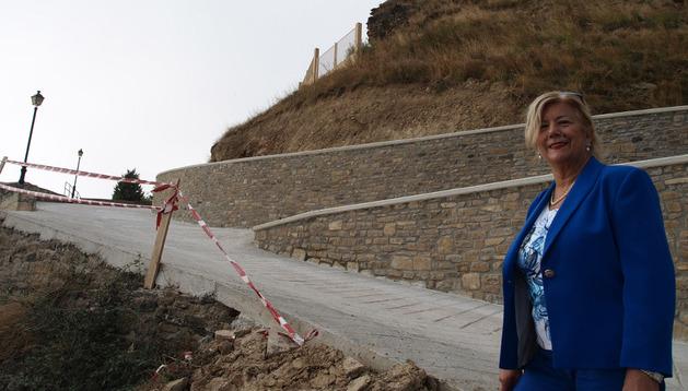 Mª Eugenia Pérez Iriarte, presidenta del concejo sangüesino de Rocaforte, ante el doble muro de hormigón levantado para contener nuevos posibles deslizamientos en el entorno de la subida a la zona superior del pueblo