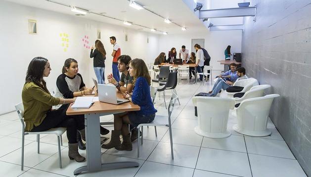 Alumnos de Periodismo de la Universidad de Navarra y estudiantes de Sociología de la UPNA trabajan en el laboratorio de Diario de Navarra