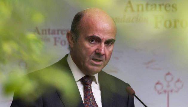 El ministro de Economía y Competitividad, Luis de Guindos, durante la conferencia inaugural del XXI curso de la Fundación Antares Foro en Sevilla
