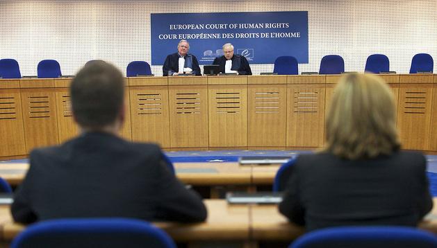 El presidente del Tribunal, Dean Spillmann (dcha), y el subsecretario Michael O'Boyle (izq) leen la sentencia.
