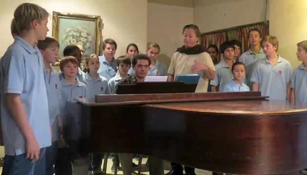 El coro infantil Petits Chanteurs de Saint-Marc, junto a su director y fundador, Nicolas Porte