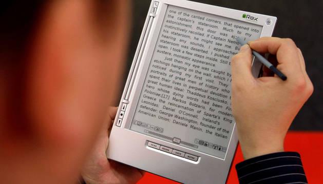 Un hombre lee un libro digital en 2008.