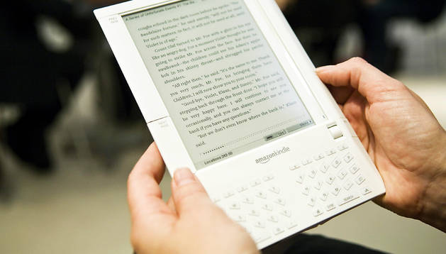 Un lector lee con un e-book