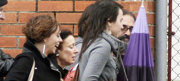 La etarra Inés del Río (3d), junto a su abogada y familiares a su salida  de la prisión coruñesa de Teixeiro