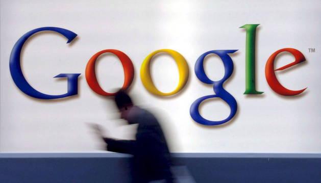 Un hombre pasa junto al logotipo de Google, en Fráncfort (Alemania).