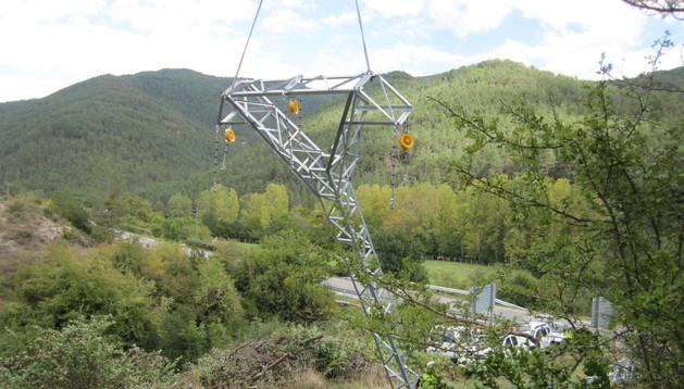 Trabajos de colocación de un nuevo poste, con la ayuda de un helicóptero, entre Roncal y Urzainqui.