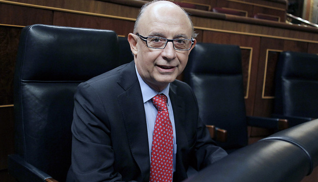 El ministro de Hacienda, Cristóbal Montoro, en su escaño al inicio del pleno que debate por segundo día y vota las enmiendas a la totalidad presentadas al proyecto de Ley de PGE.