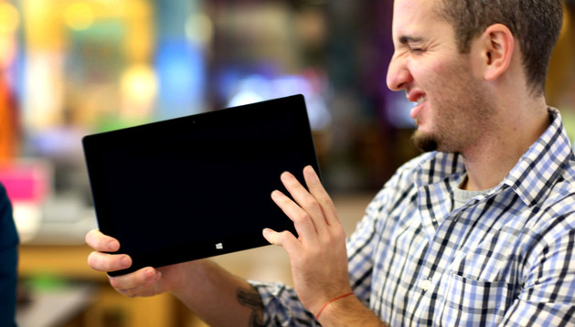 Un hombre con una tableta