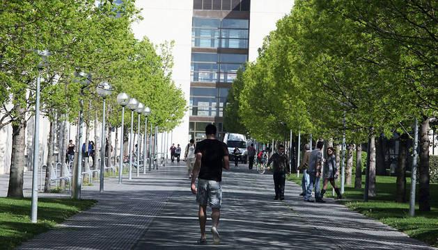 Imagen del campus de la UPNA en Pamplona, con el Aulario al fondo