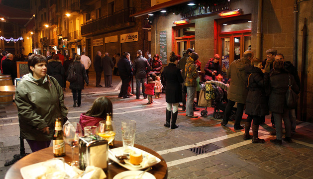 Clientes de bares de la Estafeta salen a la calle para beber la consumición y comer un pincho