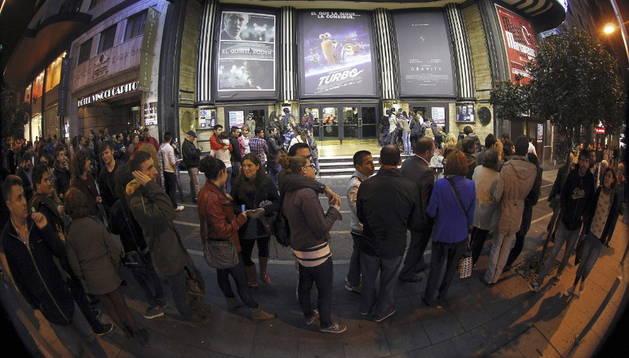 Vista de la larga cola formada a las puertas del cine Capitol de Madrid con motivo de la 'Fiesta del cine'