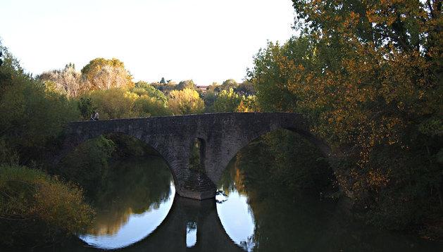 Imagen otoñal del Puente de la Magdalena, en el barrio de la Chantrea.