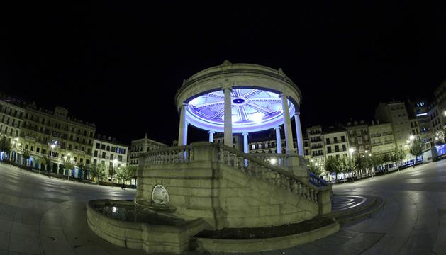 Vista del quiosco de la Plaza del Castillo por la noche, con el interior iluminado