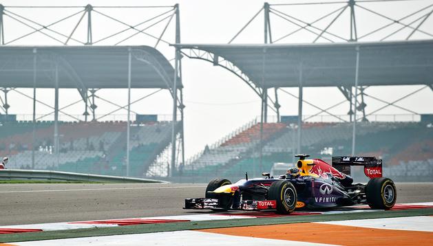 Sebastian Vettel circula sobre el trazado indio durante los últimos entrenamientos libres