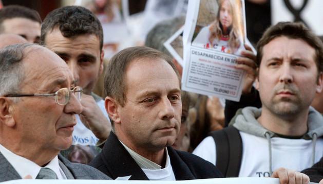 El abuelo y el padre de Marta del Castillo sostienen una pancarta en la Plaza Mayor de Madrid