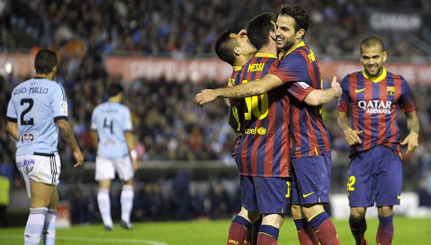 Los jugadores del FC Barcelona celebran uno de los goles de Cesc Fábregas en Balaídos