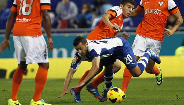 El espanyolista Simao trata de marcharse del jugador del Málaga Portillo