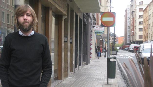 Daniel Rosino Idiazábal posa delante de la que será su librería, en el local que ocupaba Textiles Rosino