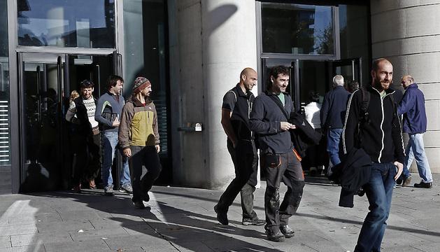 Los seis imputados por retrasar el lanzamiento del chupinazo de los Sanfermines 2013 con el despliegue de una gran ikurriña salen del Palacio de Justicia de Navarra.