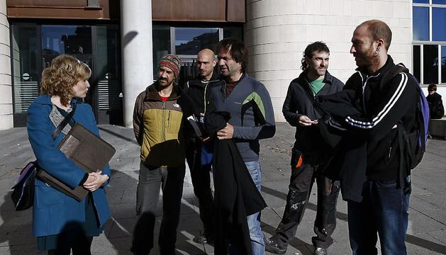 La abogada Arantxa Izurdiaga (i), junto a cinco de los imputados por retrasar el lanzamiento del chupinazo de los Sanfermines 2013 con el despliegue de una gran ikurriña.