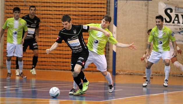 Roberto Martil coduce la pelota ante Manacor