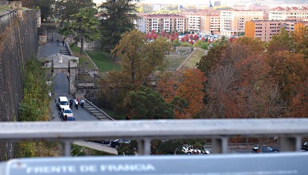 El portal de Francia, visto desde la parte alta de las murallas