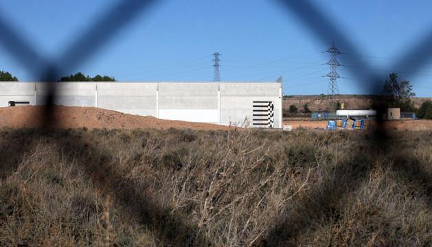 Imagen de la futura fábrica de KPF, de la que actualmente sólo están construidos los muros exteriores. Las obras se paralizaron en mayo.