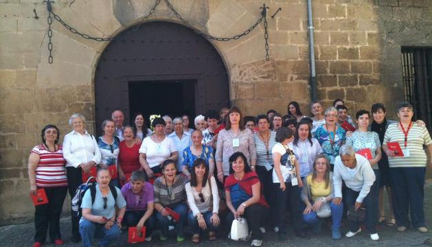 Varios miembros de la residencia San Francisco Javier de Elcano, en una de las visitas