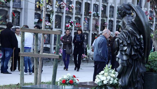 Al fondo una de las calles destinadas a los 15.000 nichos, la modalidad más elegida de enterramiento y que ayer estaba cuajada de flores