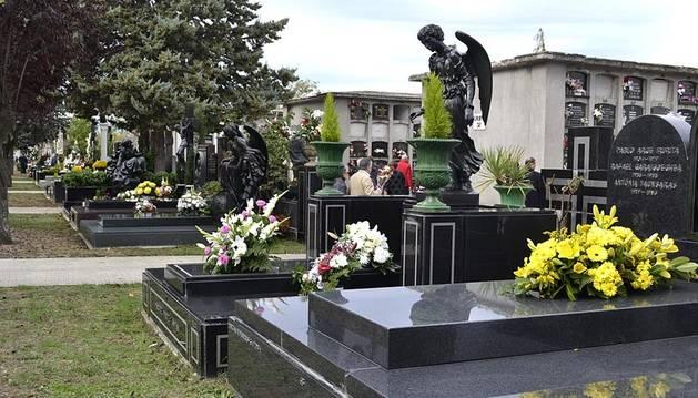 Imágenes del día de Todos los Santos en el cementerio de Pamplona