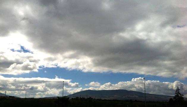 Cielos nubosos con la sierra de El Perdón de fondo.