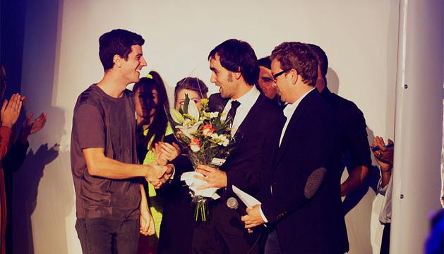 Mikel Colás (izquierda) recibe la felicitación de Ángel Ansa, subdirector general de Juventud.