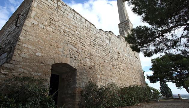 Imagen de la entrada a la ermita del Corazón de Jesús con el monumento que preside el conjunto sobre la cubierta del templo