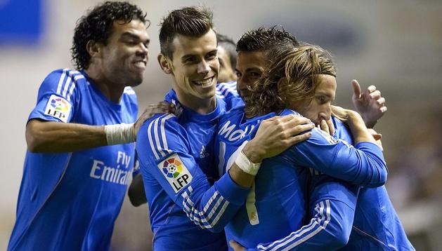 Los jugadores del Real Madrid felicitan a CR7 tras uno de los goles del portugués