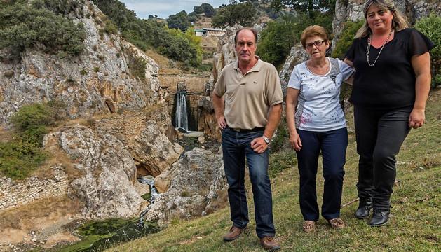 El nuevo alcalde, Francisco Eraso Azqueta, Pili Gorena Merino y Beatriz Unzué Osés. A su espalda,  la cascada en el entorno formado por la presa donde surgió la zona de baño