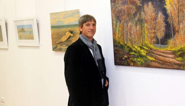 El pintor Jesús Ramírez de Ocáriz ante algunas de las obras que expone en su localidad natal