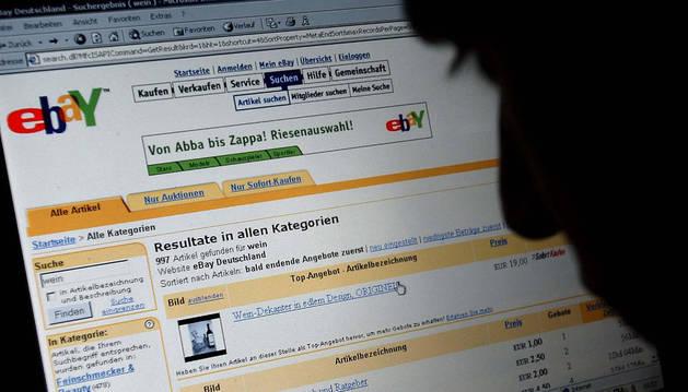 Un internauta alemán consulta una página de subastas por Internet