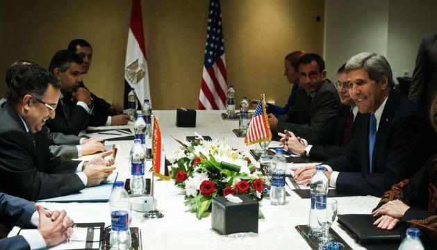 El secretario de Estado de EE UU, John Kerry, reunido con respresentantes del Gobierno egipcio.