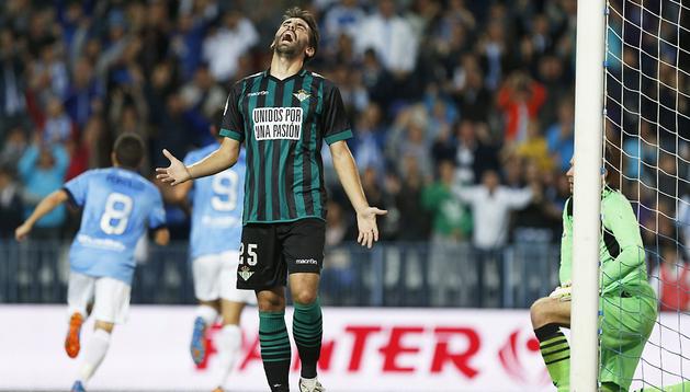 Jordi Figuera, autor de un gol bético, se lamenta de un tanto del Málaga