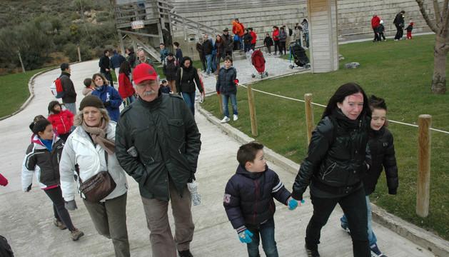 Visitantes paseando por el parque Sendaviva de Arguedas