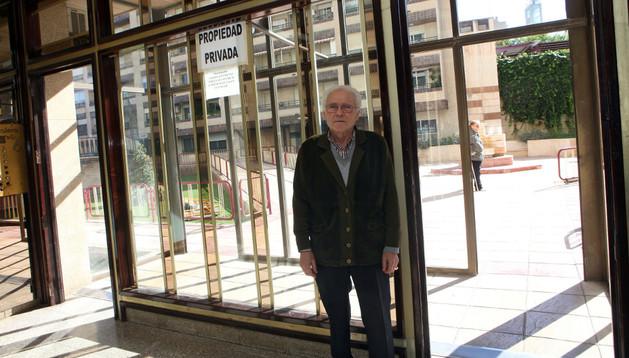 Pedro Tomás González junto a las puertas que ordenó retirar una sentencia. Al fondo está su local