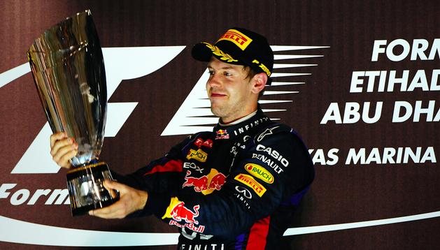 Sebastian Vettel levanta el trofeo de ganador en el GP de Abu Dabi