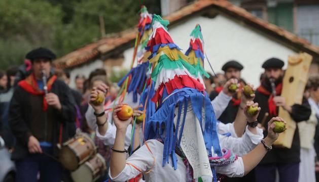 Danzantes y txistularis en la plaza de Bozate