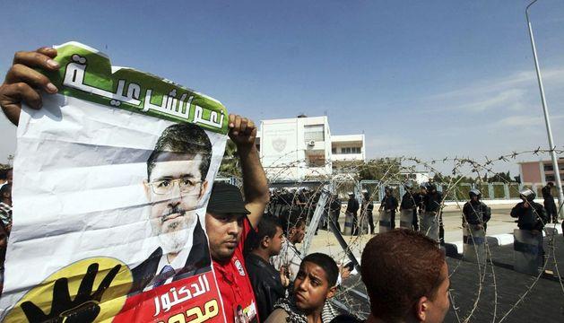 Simpatizantes del depuesto presidente egipcio se enfrentan a policías antidisturbios este lunes.