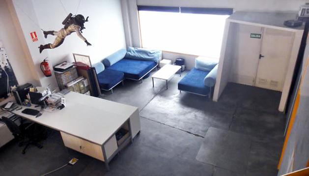 Ejemplo de una oficina loft con un espacio habilitado como vivienda