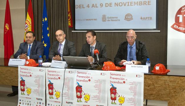 De izquierda a derecha: Garrido, Hernández, el director general Fernández y Larrea