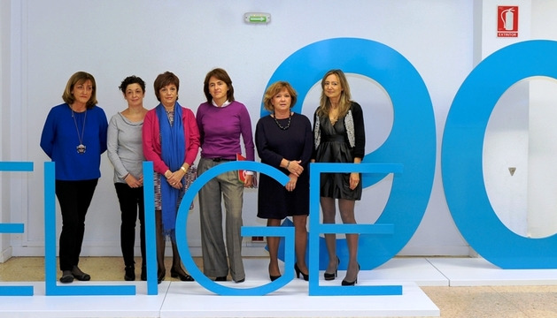 La consejera Vera y los responsables del programa, junto al logotipo de la campaña.