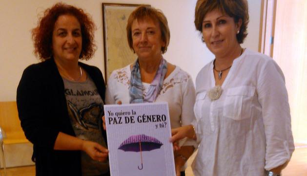 De izda. a dcha., las concejalas de Igualdad Ana Tambo (Ablitas), Lola Arrondo (Fustiñana) y Mª Jesús Huguet (Ribaforada), con el cartel
