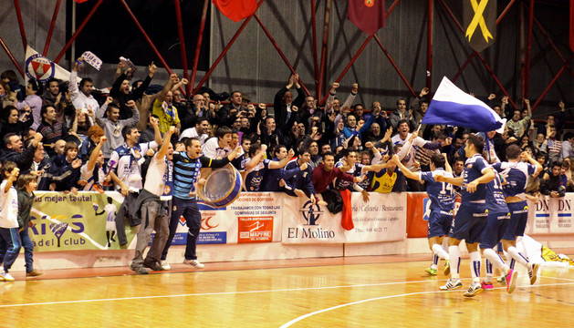 Jugadores y aficionados celebraron así la temporada pasada la clasificación del Ríos para la Copa