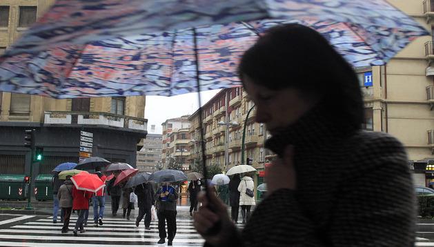 Imagen de paraguas por las calles de Pamplona